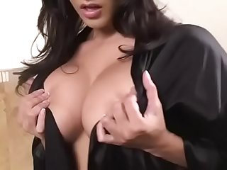 Indian porn star babe enjoys herself in the bathtub
