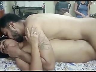 Дези девушка, заимная с платя гостем... Она нуждается в полном удовлетворении секса ... очень горячая индийская девушка